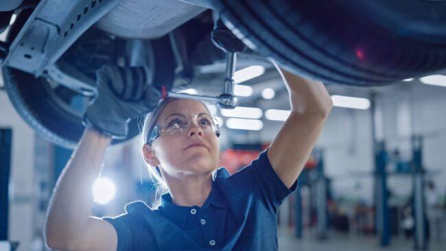 Kvinnlig bilmekaniker på Bergstrands