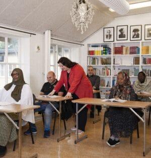 Sfi lärare i klassrum med elever