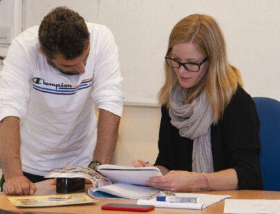 Sfi lärare med elev