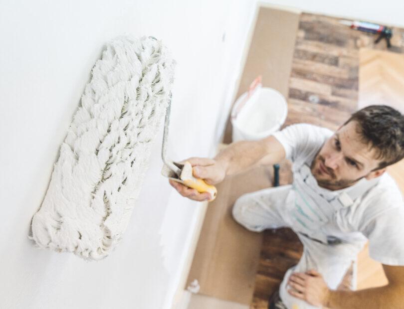 Målare rollar vägg