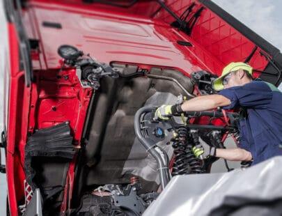 Lastbilsmekaniker utbildas